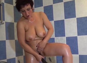 Mature doll pleasuring new vulvas